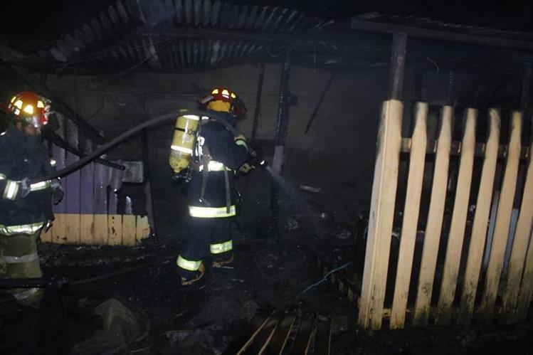 Socorristas sofocan incendio en cafetería ubicada en Patzicía, Chimaltenango. (Foto Prensa Libre: Víctor Chamalé)