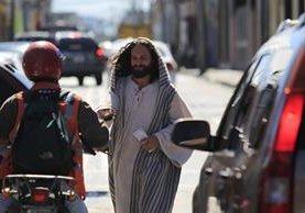 Alex Morales, representa el papel de Jesœús, reparte mensajes positivos a los conductores en las calles de la zona 1. (Foto Prensa Libre: Carlos Hern‡ández)