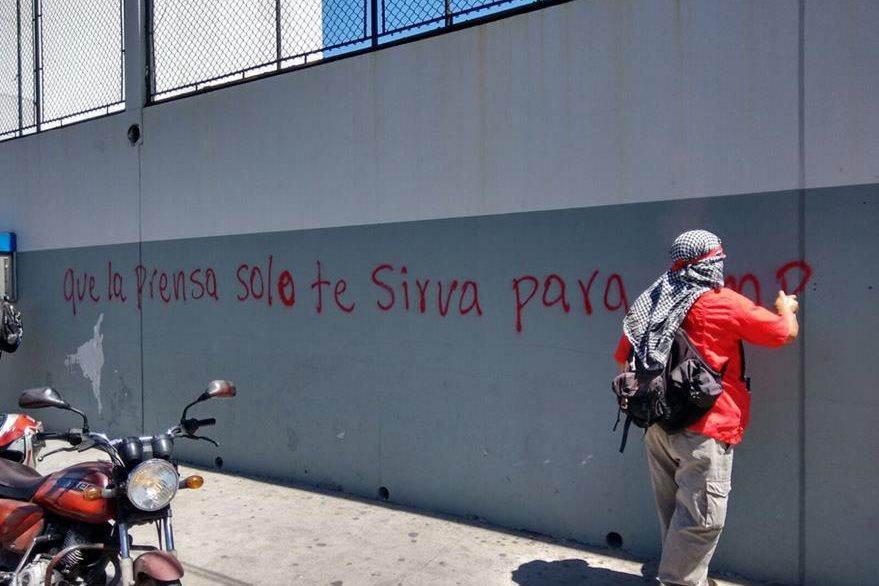 Grupos afines al presidente Otto Pérez Molina atacan edificio de Prensa Libre. (Foto Prensa Libre: Manuel Hernández)