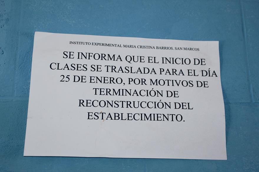 Nota colocada en  el Instituto Experimental María Cristina Barrios. (Foto Prensa Libre: Aroldo Marroquín).