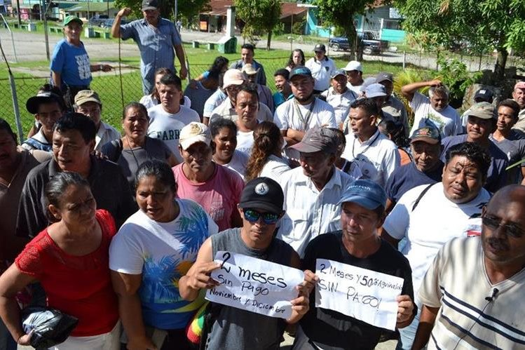 Trabajadores ediles piden que se les cancele salarios atrasados. (Foto Prensa Libre: Dony Stewart).