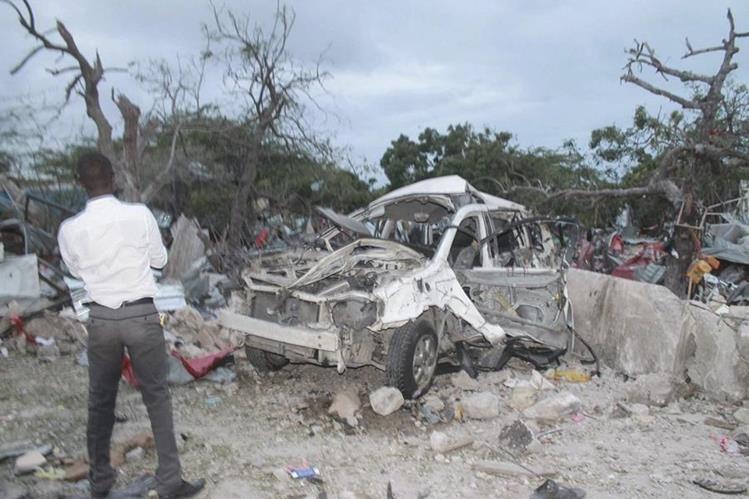 <em>El ataque, que también hirió a 20 personas, fue reivindicado por el grupo Al Shabab, vinculado con la red Al Qaeda. (Foto Prensa Libre: EFE).</em>