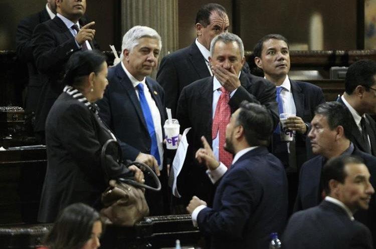El diputado de FCN Nación, Armando Padilla, quien ha cuestionado la labor del MP y Cicig, degusta de un helado.
