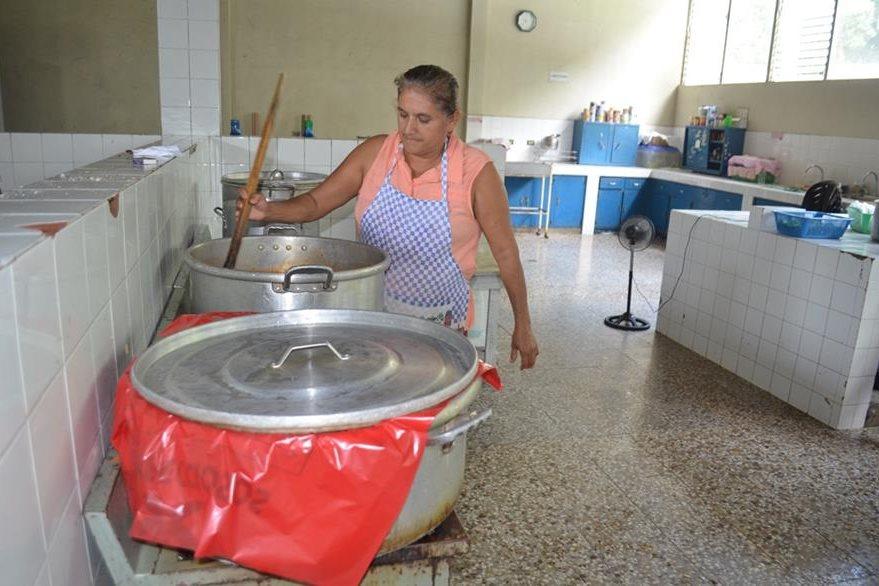Empleada del hospital prepara un poco de alimento para los pacientes. (Foto Prensa Libre: Jorge Tizol).