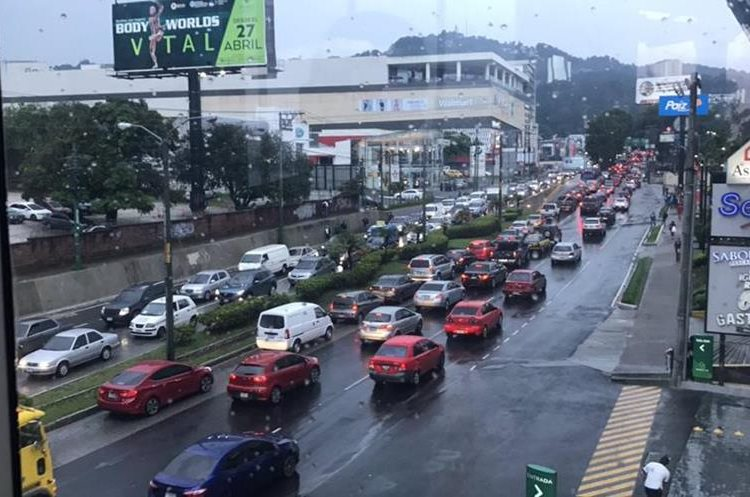 Fuerte congestionamiento en bulevar Los Próceres, zona 10. (Foto Prensa Libre: @SalgueroVictor_).