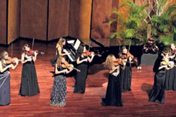 <p>Los violinistas tocaron acompañados de la pianista Nadezhna Petrova. <br></p>