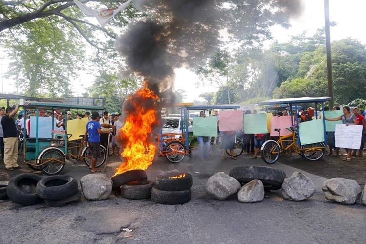 Padres de familia quemaron llantas durante la protesta. (Foto Prensa Libre: Rolando Miranda)