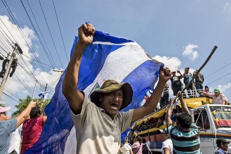 Varios manifestantes salieron a las calles esta semana para oponerse al proyecto. (Foto Prensa Libre: Foto Prensa Libre: AP)