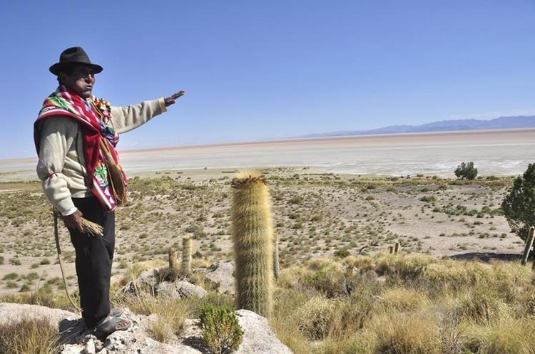 BOL07- ORURO (BOLIVIA).- 14/12/2015.- Fotografía del 11 de diciembre de 2015, de un habitante del sector de los alrededores del lago Poopó, que hoy está casi seco, en Oruro (Bolivia). El segundo lago más grande de Bolivia, el Poopó, está en un proceso de desertización en la zona andina del país debido al cambio climático, los fenómenos de El Niño y la Niña y la contaminación minera, afirmaron hoy investigadores y campesinos. EFE/CORTESIA DIARIO LA PATRIA / PROHIBIDA SU PUBLICACION EN BOLIVIA / SOLO USO EDITORIAL / NO VENTAS