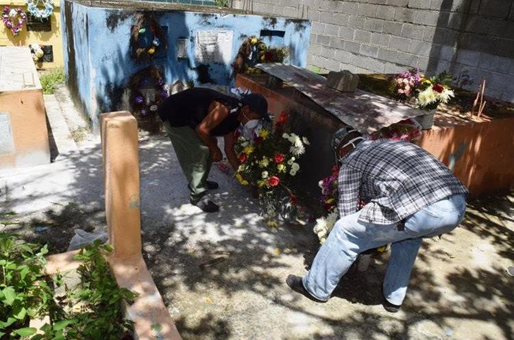 Trabajadores del camposanto evalúan los daños causados al mausoleo. (Foto Prensa Libre: Mario Morales)