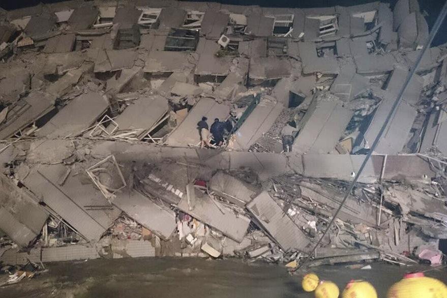 Imagen de un edificio en ruinas en Taiwan producto de un fuerte terremoto ocurrido en febrero pasado. (Foto Prensa Libre: Hemeroteca PL).