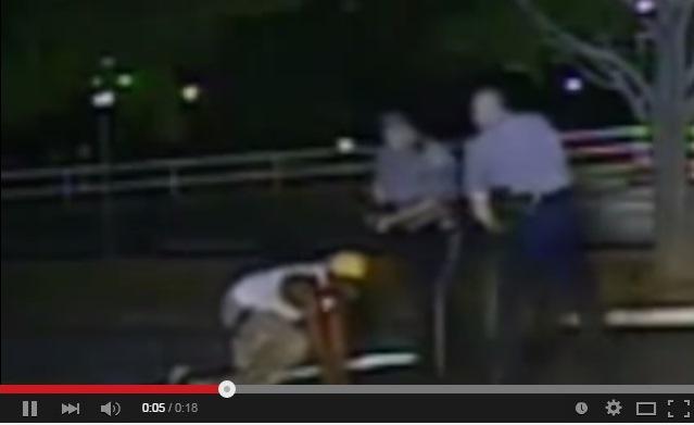 Policías golpean en el rostro a un afrodescendiente en Delaware, EE. UU., (YouTube).
