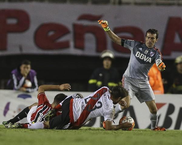 Acción durante el partido disputado en el estadio Monumental, en Buenos Aires. (Foto Prensa Libre: EFE)