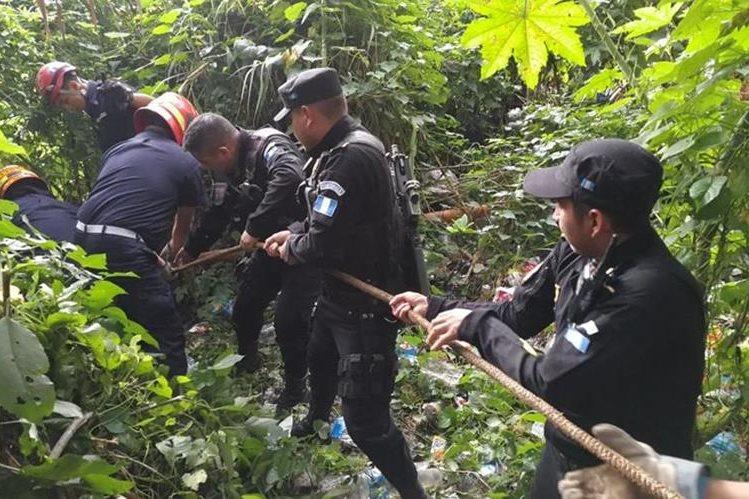 Rescatan cadáver de una mujer en un barranco del barrio San Antonio en la zona 6. (Foto Prensa Libre: Estuardo Paredes)