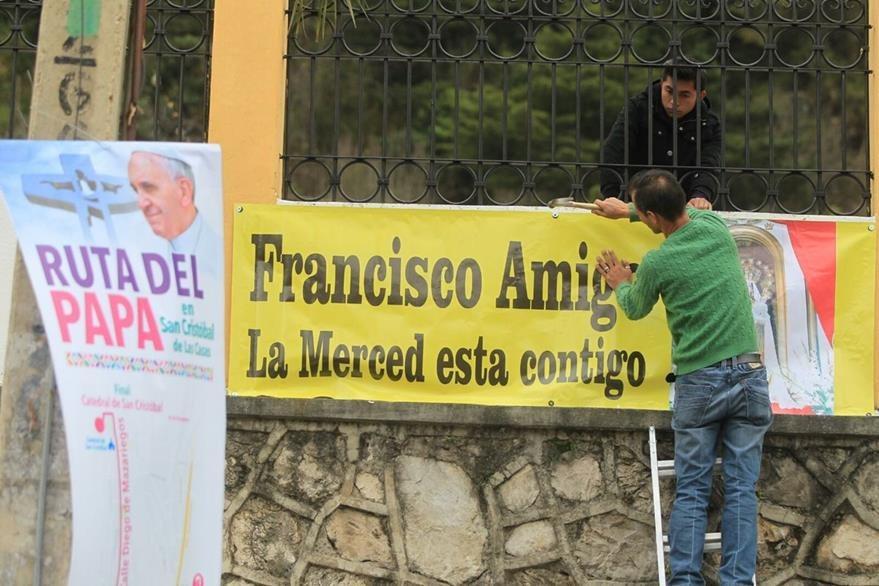 Los vecinos de San Cristobal de las Casas adornan la ciudad para recibir al Papa Francisco. (Foto Prensa Libre: Esbin García)
