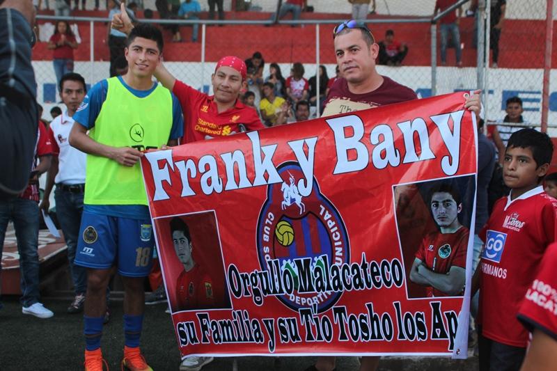En el estadio Santa Lucía lucieron una manta por los hermanos de León. (Foto Prensa Libre: Aroldo Marroquín)