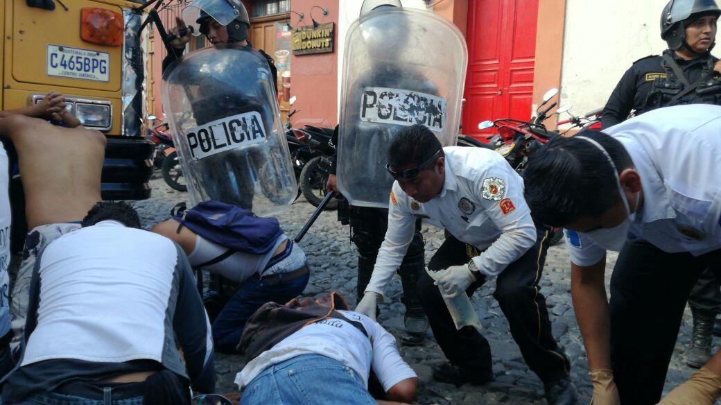 Seguidores blancos resultaron intoxicados por gas lacrimógeno. (Foto Prensa Libre: Miguel López)