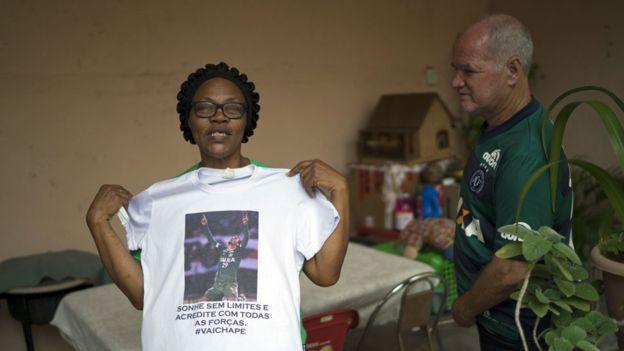 Valeria Zampier y Helam Zampier, padres de Helio Neto, agradecieron al policía colombiano Nilson Lengua, que detectó a su hijo entre los escombros. Neto fue el último sobreviviente en ser rescatado. (Getty)