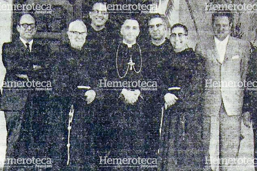 En la fotografía de 1964 aparecen los principales promotores de la beatificación del Hermano Pedro: fray Miguel Ángel Murcia Muñoz, franciscano, y el Lic. José García Bauer, a la derecha. (Foto: Hemeroteca PL)