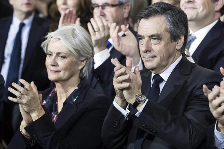 Francois Fillon (d) y su esposa Penelope Fillon asisten a un mitin político en París,Francia. (EFE).