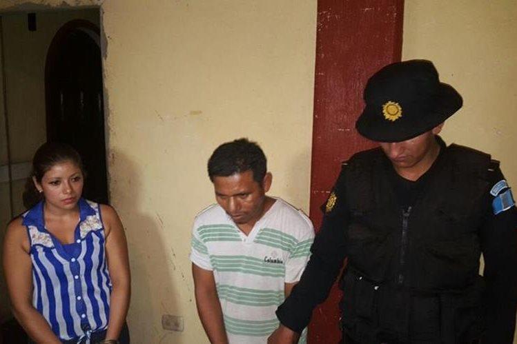 Berta Roselda Aguilar Calderón, de 24 años, y Nelson Armando Ramírez Martínez, 36, son retenidos por agentes de la PNC. (Foto Prensa Libre: Rolando Miranda)