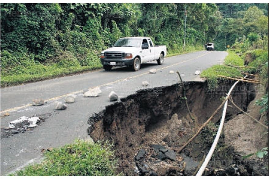 24/10/2008 Un agujero se formó en la carretera de ingreso a El Nuevo Palmar. (Foto: Hemeroteca PL)