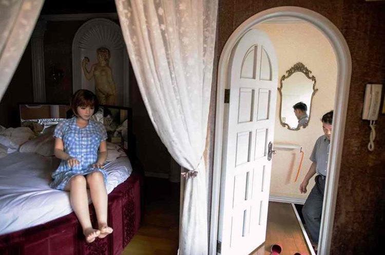 Los japoneses les compran ropa, les apartan una habitación y las tratan como a una mujer real.