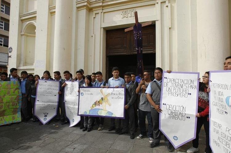 En varias iglesias del Centro Histórico, también se hicieron estaciones del Viacrucis de la Indignación. (Foto Prensa Libre: Paulo Raquec).
