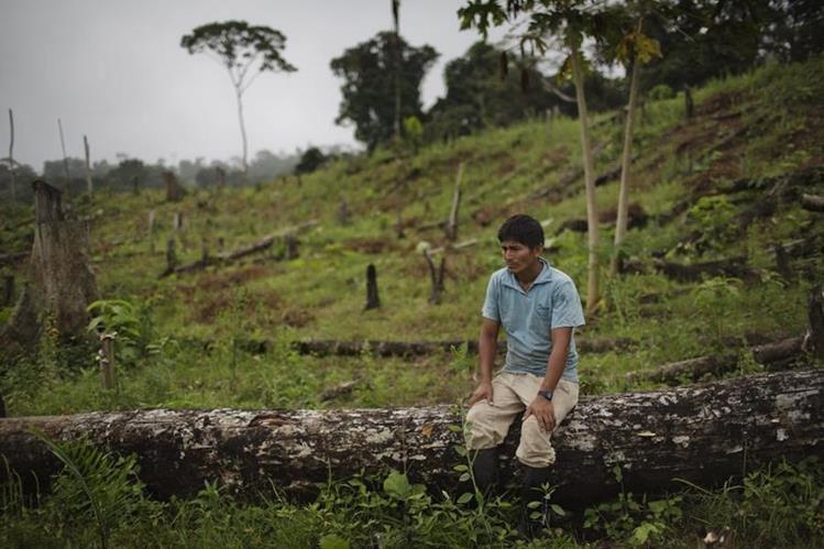<em>Un campesino observa desconsolado en la región donde habita junto a su familia. (Foto Prensa Libre: AP).</em>