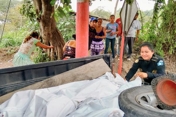 Agentes de  la PNC trasladan los cuerpos de los trabajadores de la finca Morelia hacia la morgue del Instituto Nacional de Ciencias Forenses. (Foto Prensa Libre: Oswaldo Cardona)