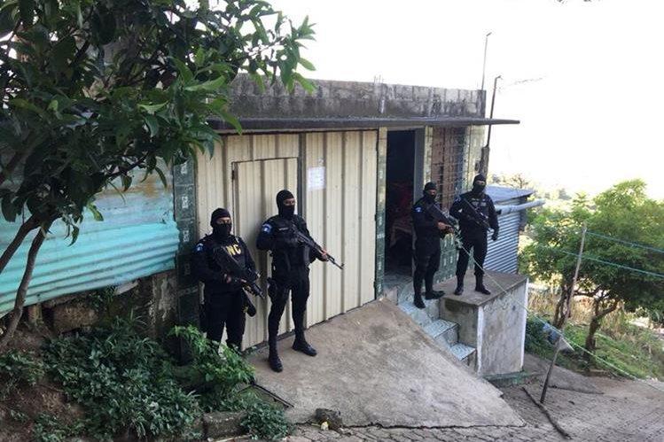 """Agentes de PNC participan en un allanamiento relacionado con la captura de integrantes de """"La banda del Rafa"""". (Foto Prensa Libre: Cortesía)"""