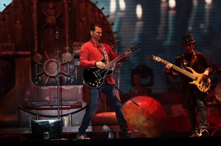 Ricardo Arjona toca la guitarra durante durante una de sus canciones