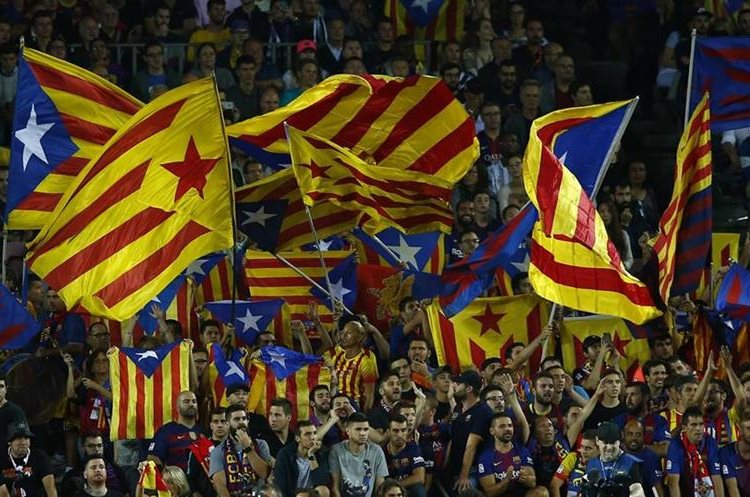 La afición del Barcelona ondean las banderas de cataluña.