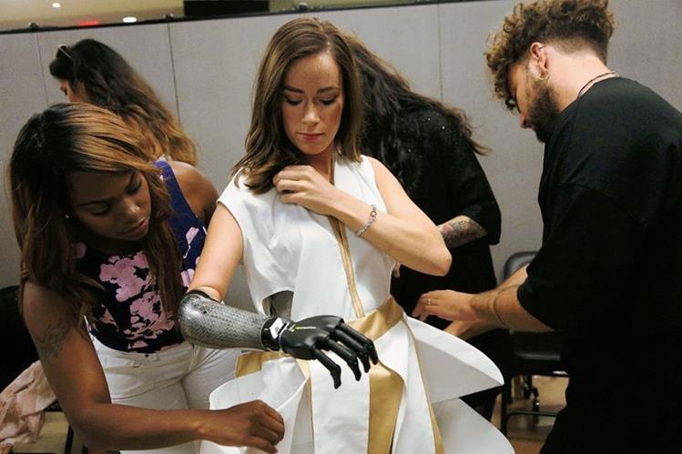 Rebekah Marine, que utiliza una prótesis en el brazo, es conocida como la modelo biónica.