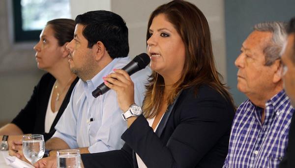 <em>Lena Gutiérrez, junto a su padre, durante una conferencia de prensa este jueves en Honduras. (Foto Prensa Libre: EFE).</em>