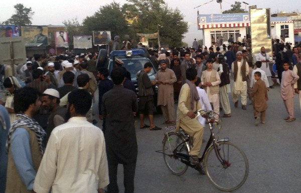 Varios talibanes patrullan a bordo de un vehículo de policía Kunduz, Afganistán.