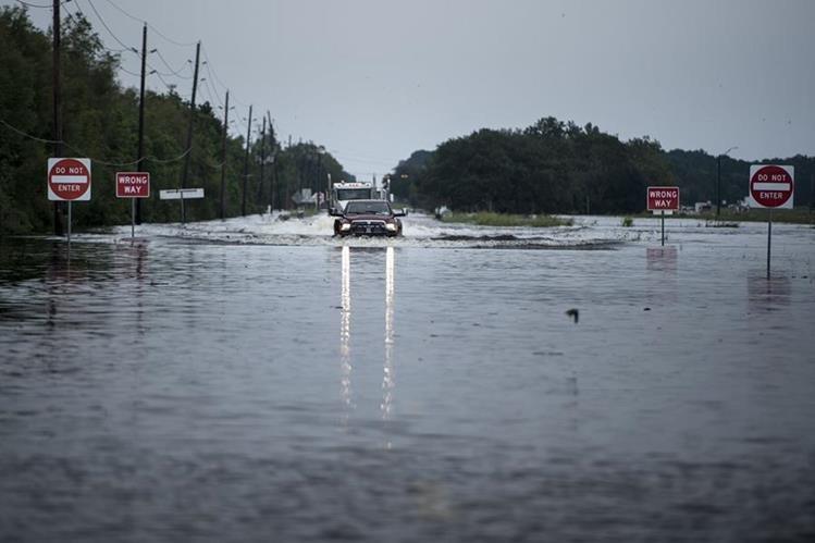Una de las calles principales a la planta química Arkema totalmente inundada, en Crosby, Texas. (Foto Prensa Libre: AFP)