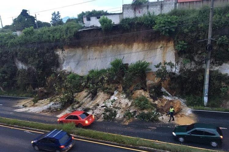 Derrumbe en Ciudad San Cristóbal afecta a automovilistas que se dirigen a la capital. (Foto Prensa Libre: Dalia Santos)