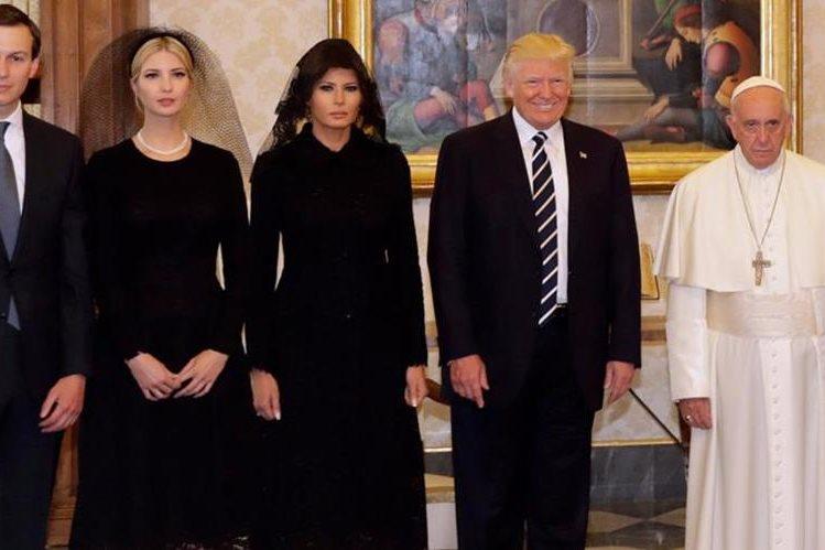 La fotografía del Papa junto a la familia presidencial de Estados Unidos ha despertado muchas burlas por el gesto del Pontífice. (Foto Prensa Libre: RPP Noticias).