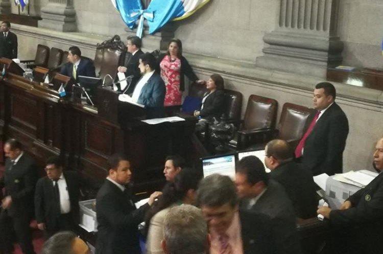 La Junta Directiva del Congreso levantó la sesión minutos después de aprobar las reformas. (Foto Prensa Libre: Jessica Gramajo)