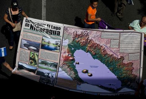 Decenas de nicaragüenses se manifiestan en contra de los trabajos para la construcción del canal interoceánico. (Foto Prensa Libre: AP).