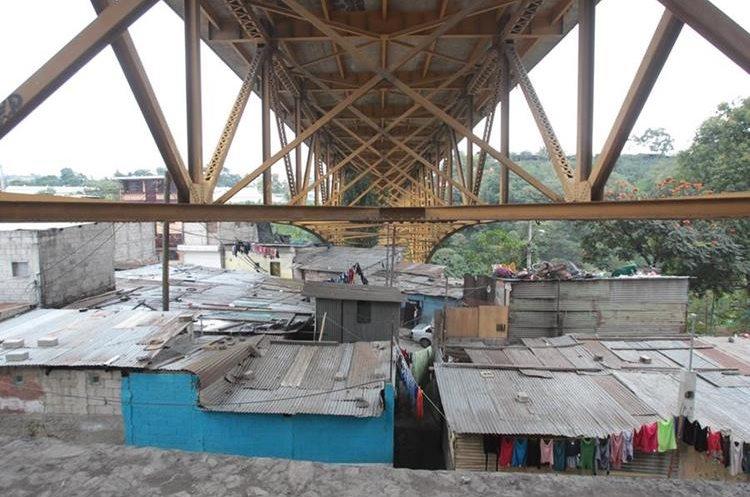 Decenas de familias que viven bajo el puente Belice están en riesgo. (Foto Prensa Libre: Hemeroteca PL)