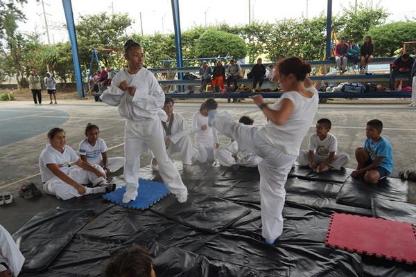 Alfonso Gómez enseña taekuondo a niños de escasos recursos. (Foto Prensa Libre: Imer Lucero)
