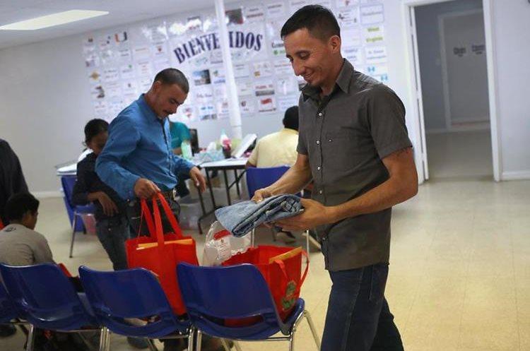 Un inmigrante de Honduras recibe un par de pantalones para su hijo en el albergue para inmigrantes en McAllen, Texas. (AFP).