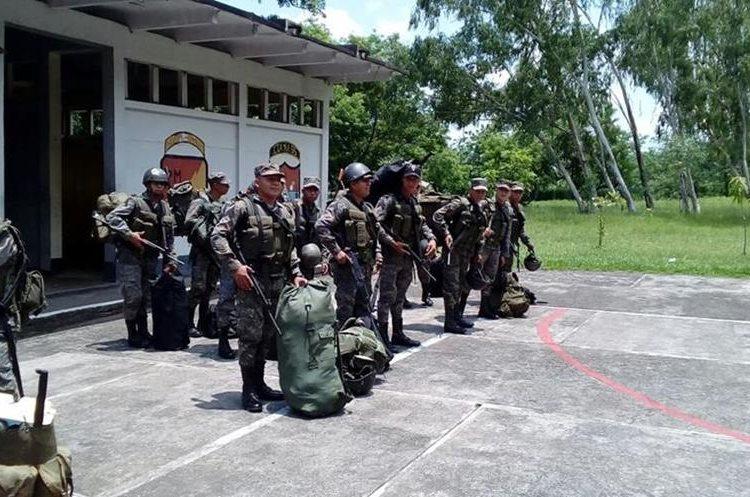 Soldados, listos para misión. (Foto Prensa Libre: Cristian Icó)