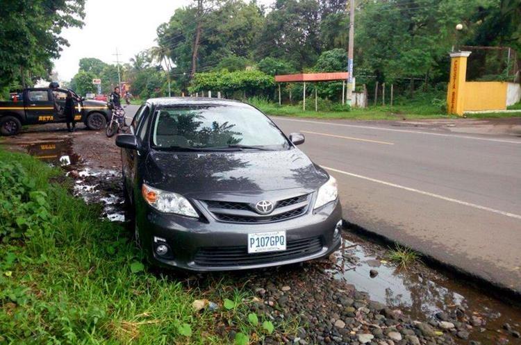 El automotor donde viajaban las cuatro víctimas fue dejado en el km 184 de la ruta al Pacífico. (Foto Prensa Libre: Rolando Miranda)