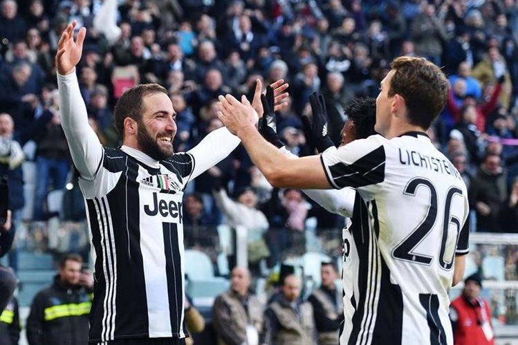 Higuaín es la estrella de la Juventus y este domingo contribuyó con el triunfo frente a la Lazio. (Foto Prensa Libre: AP)