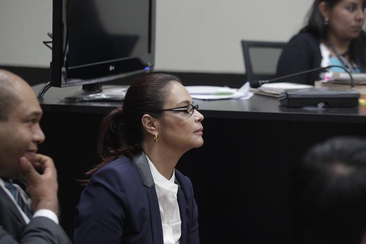 La ex vicepresidenta Roxana Baldetti fue traslada a la Torre de Tribunales muy temprano para la continuación de la diligencia en el juzgado. (Foto Prensa Libre: E. Paredes)