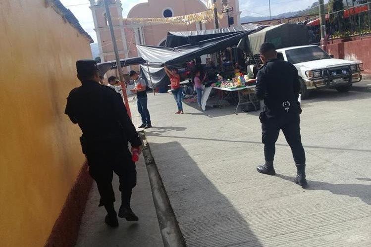 Agentes de la PNC de San Diego patrullan a pie por falta de autopatrullas. (Foto Prensa Libre: Mario Morales)