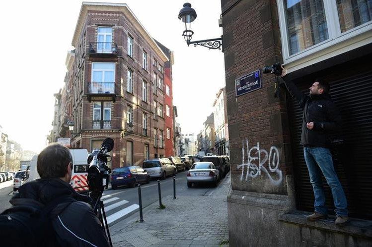 """<span class=""""hps""""><span class=""""hps"""">La Policía belga</span> <span class=""""hps"""">han</span> <span class=""""hps"""">encontrado </span>un apartamento huellas del fugitivo de ataques en París.</span>"""